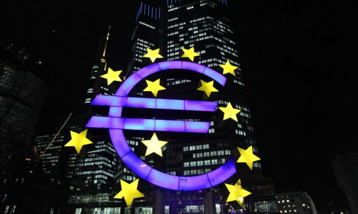 El logo Euro frente al Banco Central Europeo en Frankfurt, Alemania, el 10 de enero. (Daniel Roland/AFP via Getty Images)