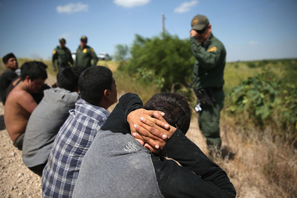 EE.UU. envía más agentes fronterizos a Texas para frenar la oleada de migrantes