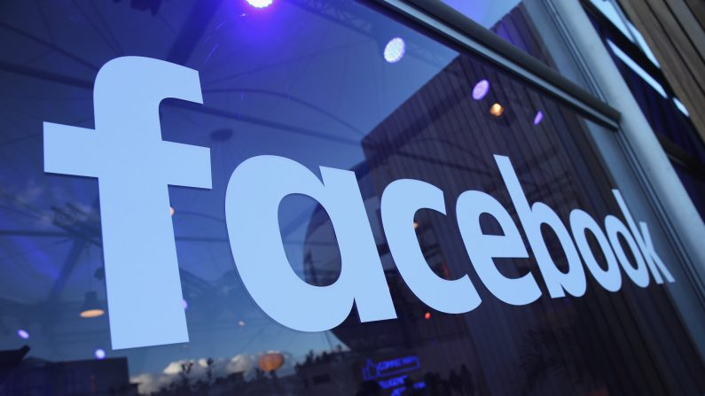 El logo de Facebook se muestra en el Facebook Innovation Hub el 24 de febrero de 2016 en Berlín, Alemania.  (Sean Gallup/Getty Images)