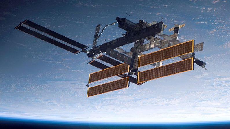 En esta foto de mano proporcionada por la NASA, la Estación Espacial Internacional se ve sobre una Tierra azul y blanca. (Fotografía de la NASA a través de Getty Images)