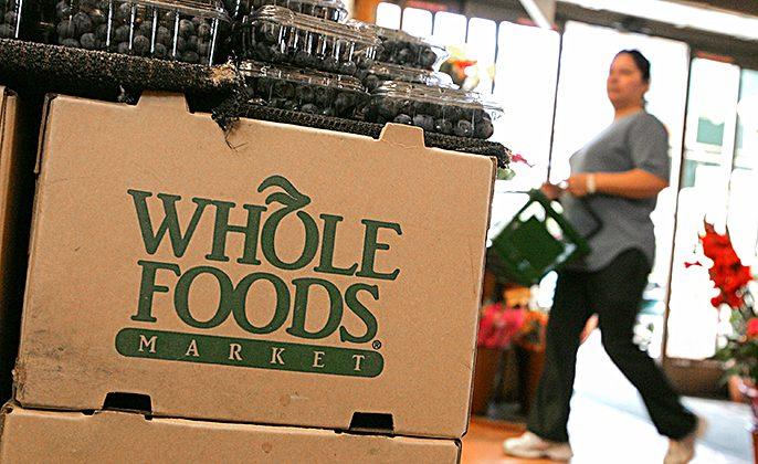 El logo de Whole Foods adorna una caja de cartón en un mercado de Whole Foods en San Francisco, California, el 22 de febrero de 2007. (Justin Sullivan/Getty Images)