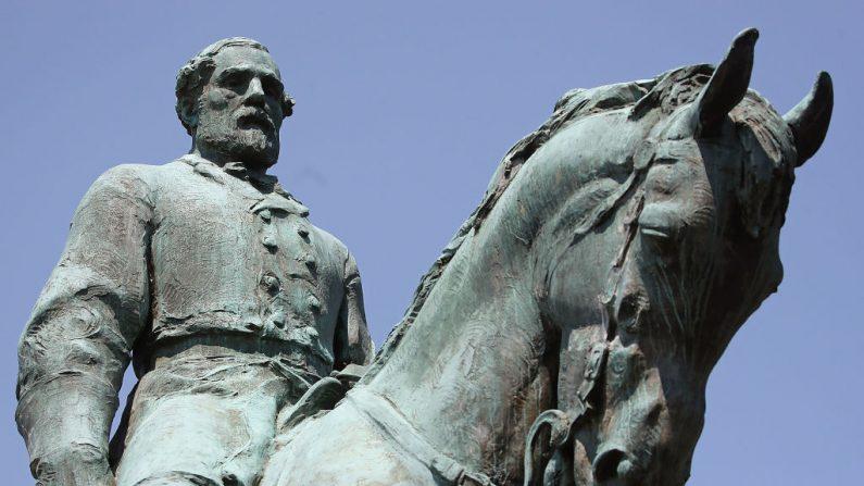 La estatua del general confederado Robert E. Lee se encuentra en el centro de un parque en Charlottesville, Virginia, en una foto de archivo. (Mark Wilson/Getty Images)