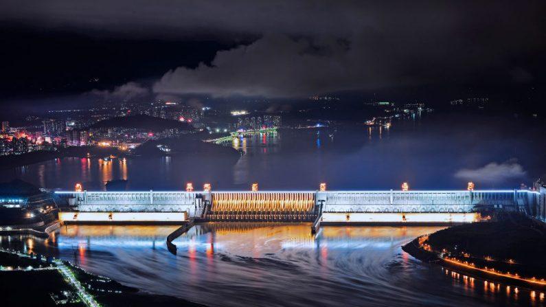Una vista nocturna de la presa de las Tres Gargantas, el 17 de octubre de 2017, en Yichang, provincia de Hubei, China. (VCG/VCG a través de Getty Images)