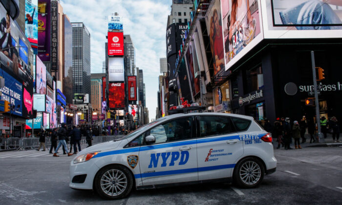 Un automóvil del Departamento de Policía de Nueva York está estacionado en Times Square, el 31 de diciembre de 2017. (Kena Betancur/AFP a través de Getty Images)