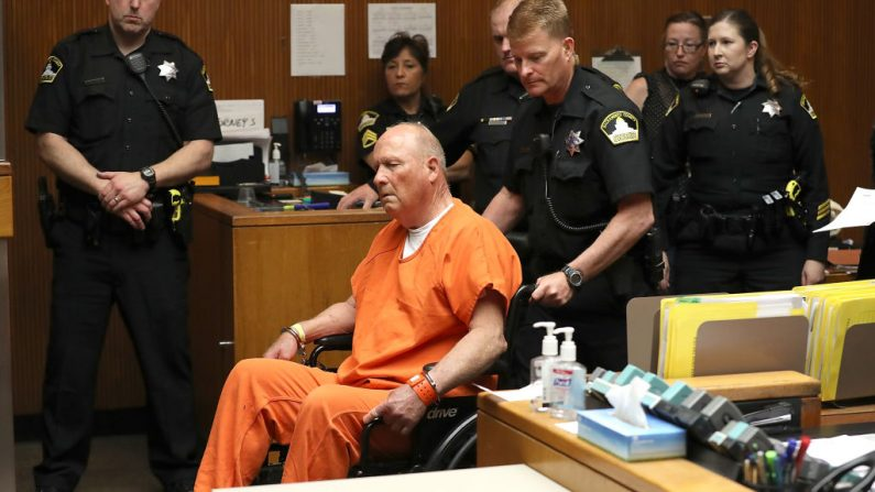 """Joseph James DeAngelo, el presunto """"Asesino del Estado Dorado"""", comparece ante el tribunal para su comparecencia el 27 de abril de 2018 en Sacramento, California (EE.UU.). (Foto de Justin Sullivan/Getty Images)"""