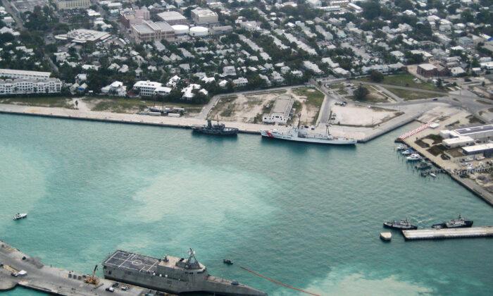 En esta foto proporcionada por la Marina de EE.UU., el nuevo buque de combate litoral USS Independence (LCS-2) de la Marina llega al muelle Mole el 29 de marzo de 2010, en la Estación Aérea Naval Key West, en Key West, Florida. (Nicholas Kontodiakos/US Navy a través de Getty Images)