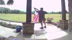 Heróico conductor de UPS desata bandera de EE. UU. del cliente en la entrega el Día de la Recordación