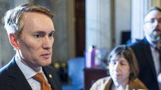 La policía debería prohibir la maniobra de estrangulamiento, dice senador republicano
