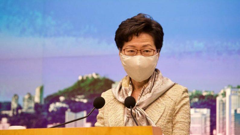 La líder de Hong Kong, Carrie Lam, habla en su conferencia de prensa semanal el 30 de junio de 2020. (Jordana Zhang/The Epoch Times)
