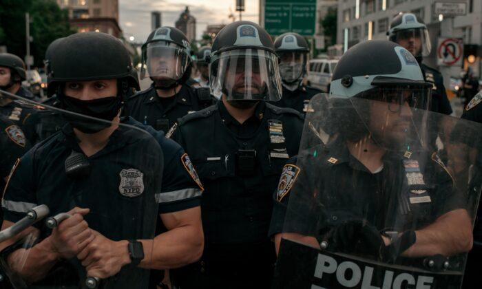 Los oficiales de la policía de Nueva York bloquean la entrada del puente de Manhattan en la Ciudad de Nueva York el 2 de junio de 2020. (Scott Heins/Getty Images)