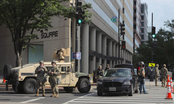 Miembros de la Guardia Nacional de Indiana vigilan un puesto mientras continúan las protestas en Washington contra la brutalidad policial y la muerte de George Floyd el 3 de junio de 2020. (Alex Wong/Getty Images)