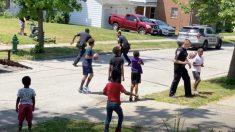 Policías reciben reporte de niños jugando fútbol en la calle: oficiales responden uniéndose al juego