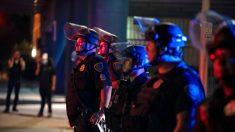 Oficial de policía de Houston consuela a una niña asustada durante protesta por George Floyd