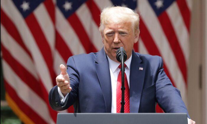 """El presidente Donald Trump habla durante un evento en el Jardín de Rosas sobre """"Vigilancia Segura para Comunidades Seguras"""", en la Casa Blanca en Washington, el 16 de junio de 2020. (Alex Wong/Getty Images)"""