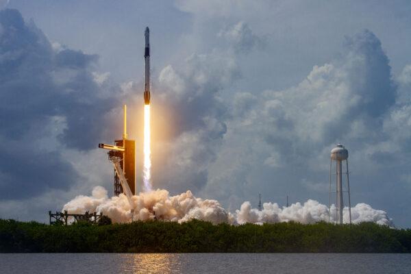 En esta imagen del folleto de SpaceX, un cohete Falcon 9 que lleva la nave espacial Crew Dragon de la compañía, viene lanzado con los astronautas de la NASA Robert Behnken y Douglas Hurley a bordo como parte de la misión Demo-2 de la Estación Espacial Internacional (ISS), en el Complejo de Lanzamiento 39A en el Centro Espacial Kennedy, Cabo Cañaveral, Florida, el 30 de mayo de 2020. (SpaceX/Getty Images)