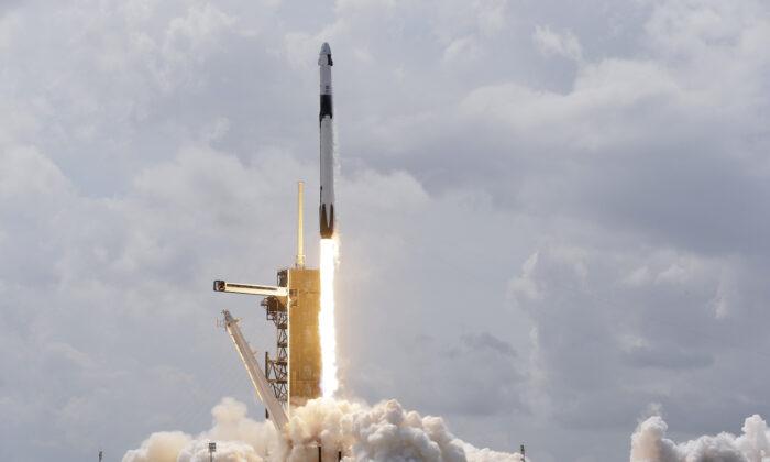Unna nave espacial SpaceX Falcon 9, con los astronautas de la NASA Doug Hurley y Bob Behnken en la cápsula Crew Dragon, despega de la plataforma 39-A del Centro Espacial Kennedy en Cabo Cañaveral, Florida, el 30 de mayo de 2020. (David J. Phillip/AP Photo)