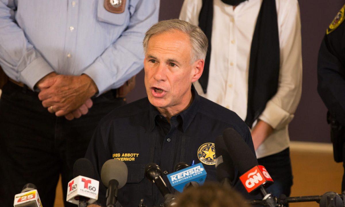 Gobernador de Texas critica a Biden por liberar a migrantes con covid-19