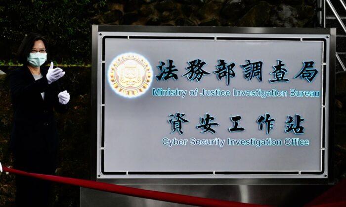 La presidenta de Taiwán, Tsai Ing-wen, hace un gesto durante la ceremonia de inauguración de la Oficina de Investigación de Seguridad Cibernética en la ciudad de Nueva Taipei el 24 de abril de 2020. (Sam Yeh/AFP vía Getty Images)
