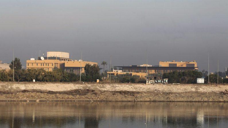 Una vista general muestra la embajada de los Estados Unidos al otro lado del río Tigris en la capital de Iraq, Bagdad, el 3 de enero de 2020. (Ahmad Al-Rubaye/AFP a través de Getty Images)