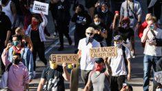 Cientos de manifestantes fueron detenidos después de bloquear el tráfico en un puente en Dallas