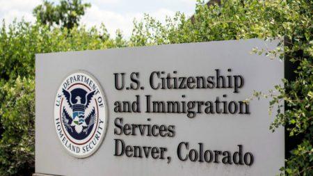 13,400 empleados federales de USCIS enfrentan posibles licencias por falta de financiamiento