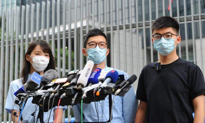 (I-D) Agnes Chow, Nathan Law y Joshua Wong del Partido local pro-democracia Demosistō-Agnes realizó una conferencia de prensa en Hong Kong el 28 de mayo de 2020. (Song Bilung/The Epoch Times)