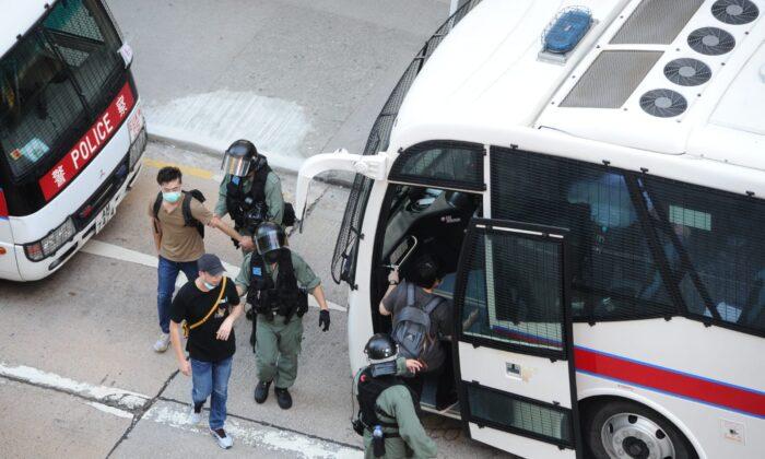 Los manifestantes están siendo arrestados por la policía local en Mong Kok, Hong Kong, el 28 de junio de 2020. (Song Bilung/The Epoch Times)