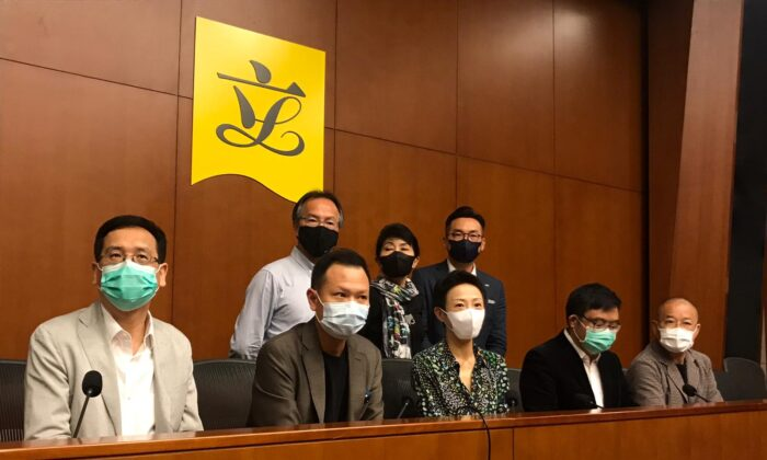 Miembros de los grupos parlamentarios prodemocracia celebran una conferencia de prensa en el Consejo Legislativo de Hong Kong el 30 de junio de 2020. (Sucursal de Hong Kong de The Epoch Times)