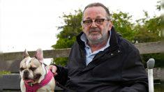 Hombre confinado a una silla de ruedas dice que adoptar una perrita rescatada le salvó la vida