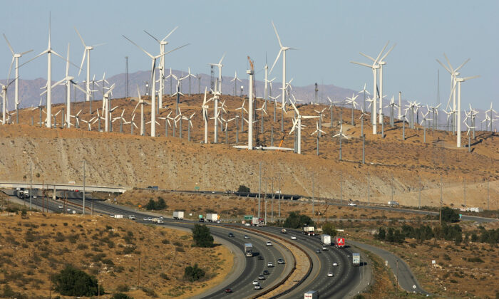 Turbinas de viento son fotografiadas cerca de Palm Springs, California, el 13 de mayo de 2008. (David McNew/Getty Images)