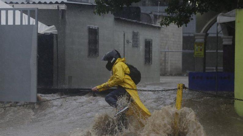 Lluvias causan 16 muertes en El Salvador y dejan a 7225 personas refugiadas