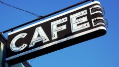 Café alemán, reabierto hace poco, da a sus clientes gorros especiales para el distanciamiento social