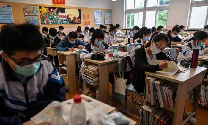 Estudiantes con mascarilla en su aula durante una gira de medios organizada por el gobierno en la Escuela Secundaria de Shangai. (HECTOR RETAMAL/AFP vía Getty Images)