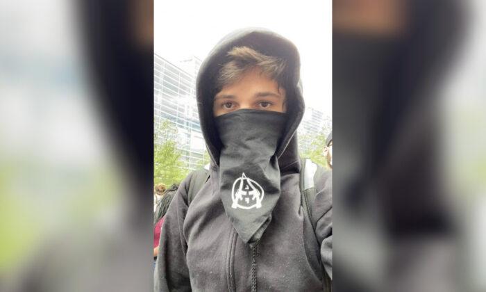 Un anarquista identificado como Brian Jordan Bartels fue grabado dañando un auto de la policía en Pittsburgh, Penn. (Oficina de policía de Pittsburgh)
