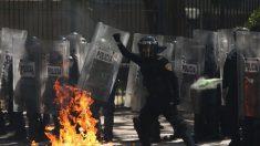 Encapuchados vandalizan la embajada de EEUU en México