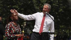 De Blasio promete recortar los fondos de la policía de Nueva York y reasignarlos a servicios sociales