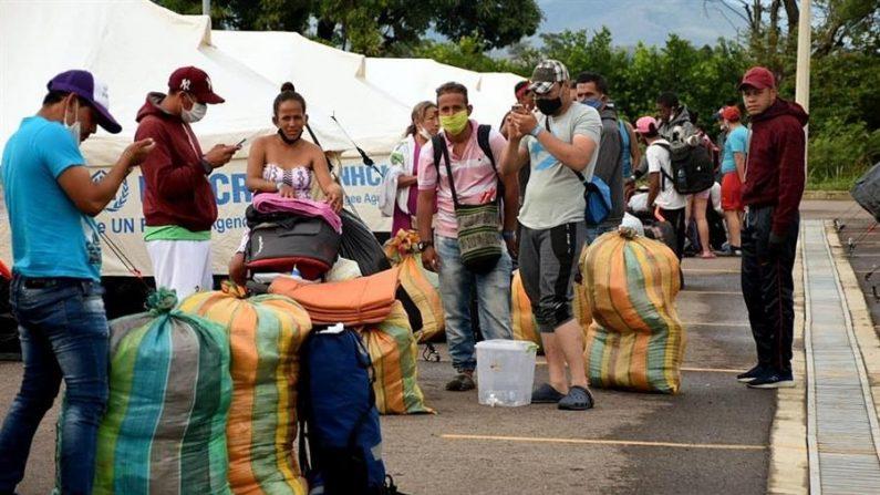 Fotografía cedida el 15 de junio de 2020 por la Secretaría de Fronteras de Colombia de ciudadanos venezolanos saliendo del refugio en Tienditas para ser trasladados a al Puente Simón Bolívar y cruzar su país en Cúcuta (Colombia). EFE/Secretaría de Fronteras
