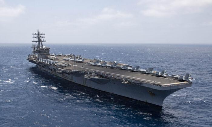 El portaaviones USS Dwight D. Eisenhower (CVN 69) transita por el Mar Arábigo, el 12 de junio de 2020. (Foto de la Marina de EE.UU. tomada por el especialista en comunicación de masas de primera clase, Aaron Bewkes/Publicado)