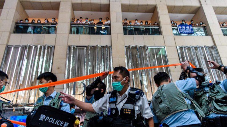 La policía ingresa a un centro comercial para dispersar a las personas que asisten a un mitin a la hora del almuerzo en Hong Kong el 30 de junio de 2020, luego que China aprobara una ley de seguridad nacional para la ciudad. (Anthony Wallace/AFP a través de Getty Images)