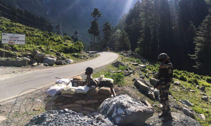 Soldados de la Fuerza de Seguridad Fronteriza de la India (BSF) vigilan una autopista que conduce a Leh, en la frontera con China, en Gagangir, India, el 17 de junio de 2020. (Tauseef Mustafa/AFP vía Getty Images)