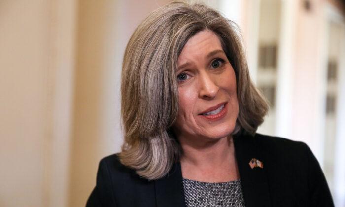 La senadora Joni Ernst (R-Iowa) habla con los medios de comunicación en el Capitolio de Washington el 3 de febrero de 2020. (Charlotte Cuthbertson/The Epoch Times)