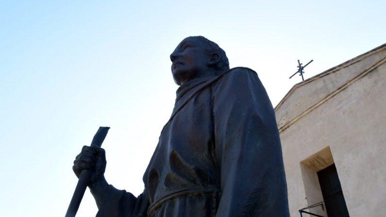 Una estatua de Junípero Serra en San Gabriel, California, en una fotografía de archivo. Las estatuas de Serra, del general de la Unión Ulysses S. Grant, y de Francis Scott Key fueron derribadas en San Francisco, California, el 19 de junio de 2020. (Frederic J. Brown/AFP vía Getty Images)
