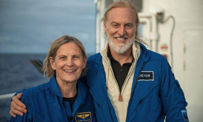 Kathy Sullivan y Victor Vescovo después de su inmersión en las profundidades del Challenger el 8 de junio de 2020. (Enrique Alvarez/EYOS)