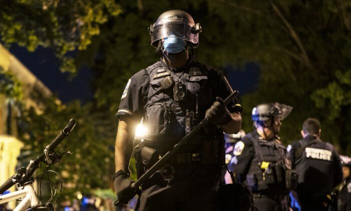 Un oficial de policía metropolitano está listo durante una protesta en Washington, el 1 de junio de 2020. (Joshua Roberts/Getty Images)