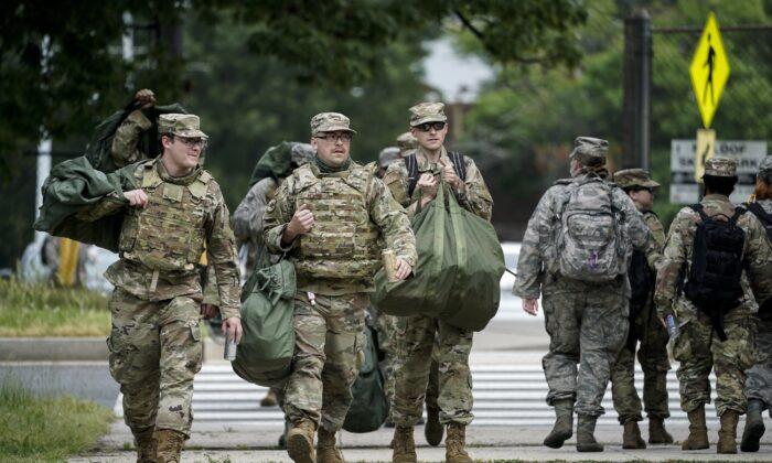 Soldados de la Guardia Nacional llegan al Cuartel General de la Fuerza Conjunta de la Guardia Nacional del Distrito de Columbia en Washington el 2 de junio de 2020. (Drew Angerer/Getty Images)