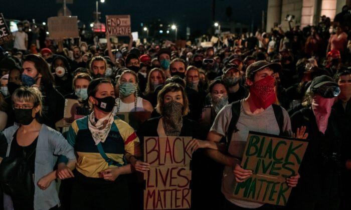 Manifestantes en el puente de Manhattan en Nueva York, N.Y. el 2 de junio de 2020. (Scott Heins/Getty Images)