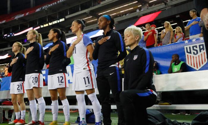 Megan Rapinoe se arrodilla durante el Himno Nacional antes del partido entre Estados Unidos y los Países Bajos en Georgia Dome en Atlanta, Georgia, el 18 de septiembre de 2016. (Kevin C. Cox / Getty Images)
