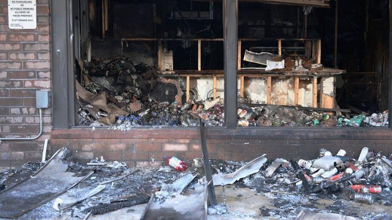 Un 7Eleven se ve dañado después de haber sido incendiado durante los disturbios y saqueos durante la noche del 2 de junio de 2020 en St. Louis, Missouri. (Michael B. Thomas/Getty Images)