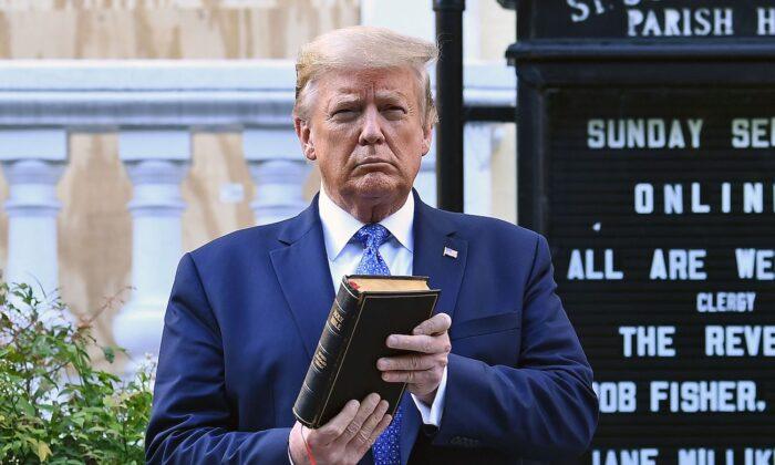 El 1 de junio de 2020, el presidente Donald Trump sostiene una Biblia frente a la iglesia de St. John, al otro lado del parque Lafayette, en Washington. (Brendan Smialowski/AFP a través de Getty Images)