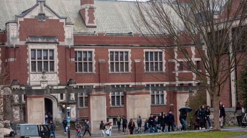 Los estudiantes caminan en el campus de la Universidad de Princeton el 4 de febrero de 2020 en Princeton, Nueva Jersey (EE.UU.).  (William Thomas Cain/Getty Images)